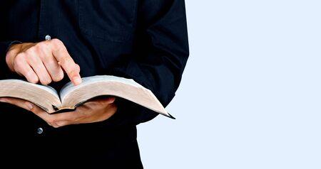 Studiowanie Biblii Zdjęcie Seryjne