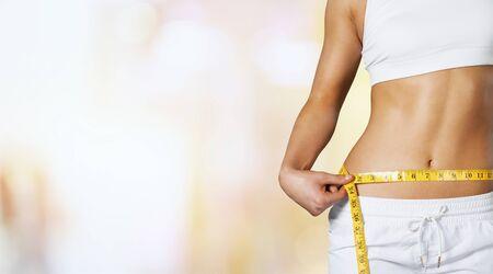 Primo piano bellissimo corpo femminile esile al parco solare