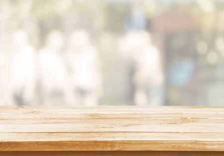 Holztisch und Unschärfe mit Bokeh-Hintergrund