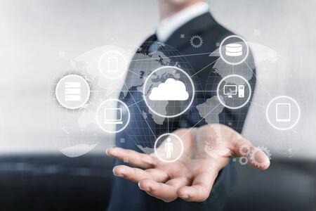 Geschäftsmann und Internet- und Virtual-Reality-Konzept - Geschäftsmann, der die Taste auf virtuellen Bildschirmen drückt