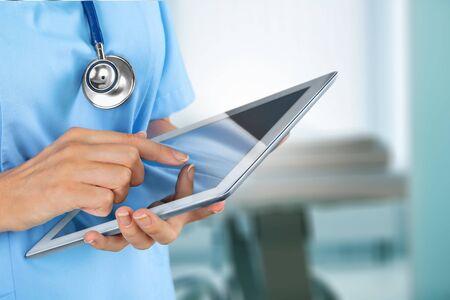 Doctor en el hospital trabajando con tableta