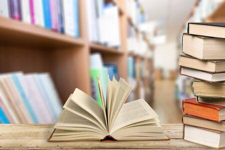 Vecchio libro aperto in biblioteca