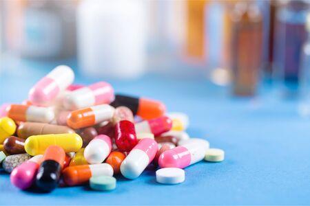 Pillole colorate e compresse sullo sfondo
