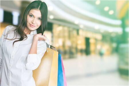 Mujer feliz de compras con un grupo de amigos en el fondo