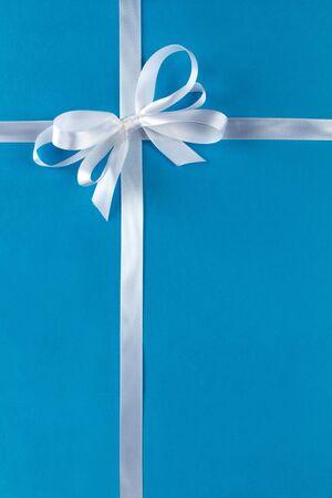 White gift ribbon on blue paper 免版税图像