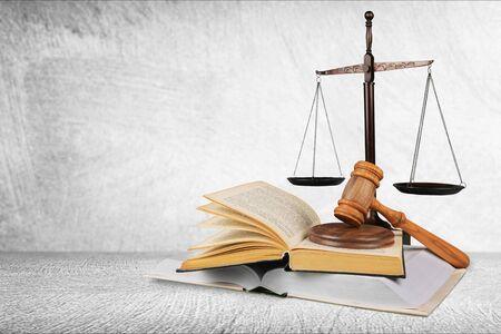 Bilancia della giustizia e libri e martelletto di legno