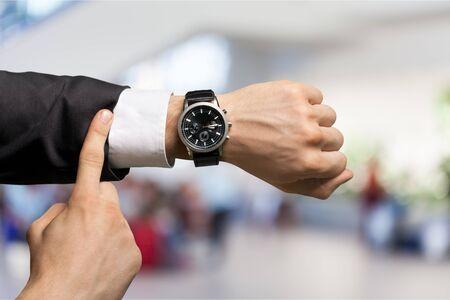 Geschäftsmann mit Handuhr im Hintergrund