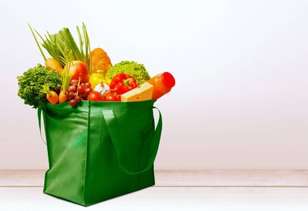 Full shopping  bag, isolated over  background 版權商用圖片 - 129955946