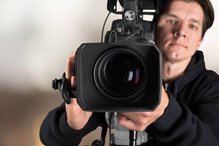 Cameraman met zijn camera op wazig Stockfoto