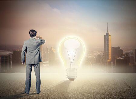 Schwierige Entscheidungen eines Geschäftsmannes aufgrund einer Krise