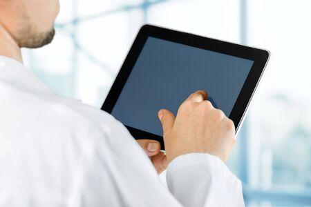Dottore al lavoro con un tablet digitale