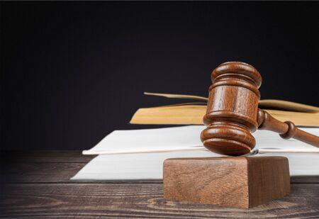 Bücher und Holzhammer auf dem Tisch. Gerechtigkeitskonzept