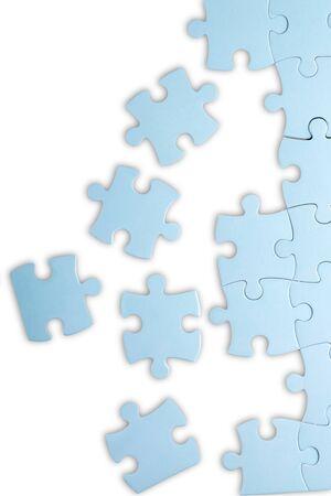 Pièces de puzzle sur blanc