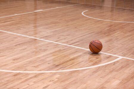 Palla da basket sul campo da basket Archivio Fotografico