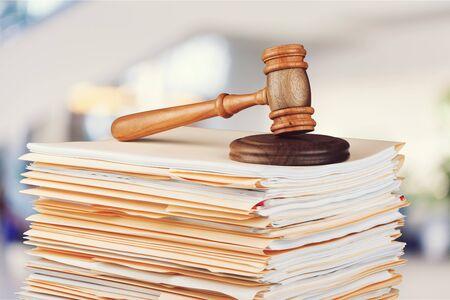 판사 망치와 배경에 문서
