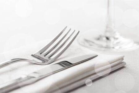 Apparecchiare la tavola con forchetta e coltello Archivio Fotografico