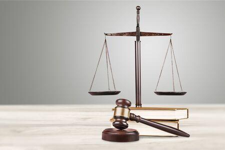 Gerechtigkeitswaage mit Richterhammer, isoliert auf weißem HintergrundWaage der Gerechtigkeit mit Richterhammer, isoliert auf weißem Hintergrund
