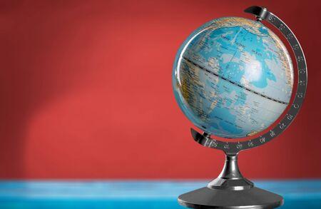 Globe bleu sur table