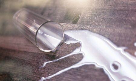 Leche derramada de vidrio sobre superficie de madera de roble