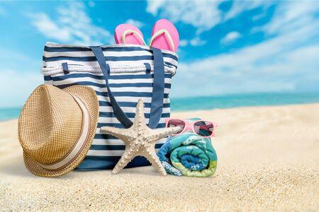 Bunte Tasche am Sommerstrand, Reisekonzept Standard-Bild