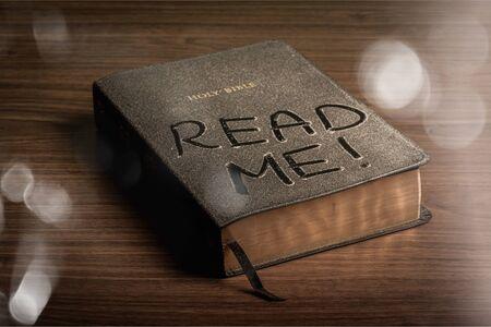 Heilige Bijbelboek met lees mij letters op een houten achtergrond