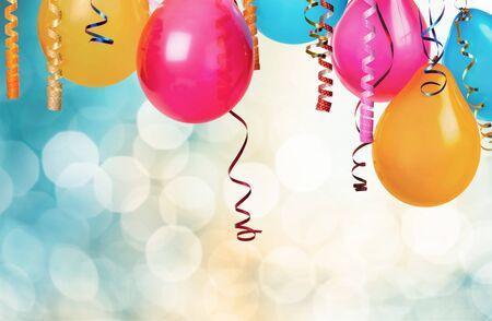 Haufen bunter Luftballons auf Bokeh-Hintergrund
