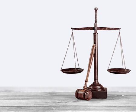 Gesetz skaliert auf Tabellenhintergrund. Symbol der Gerechtigkeit