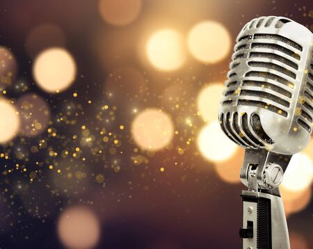 Mikrofon im Retro-Stil auf unscharfem Hintergrund
