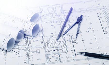 La parte del proyecto arquitectónico y lápiz, bolígrafo con divisor sobre mesa
