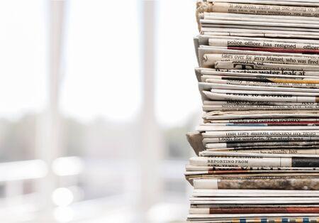 Pila de periódicos sobre fondo blanco. Foto de archivo
