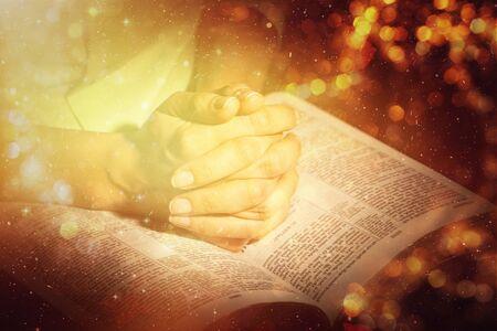Frau betet mit Bibel hautnah