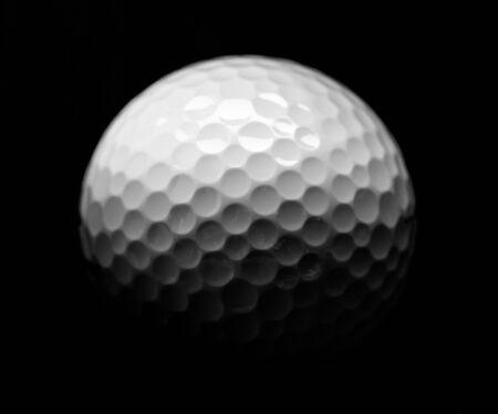 Close Up van golfbal, geïsoleerd op zwarte achtergrond Stockfoto
