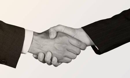 Geschäftsvereinbarungshändedruck auf weißem Hintergrund. Schwarz und weiß