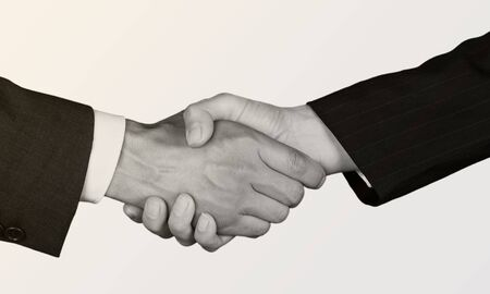 Poignée de main d'accord commercial sur fond blanc. Noir et blanc