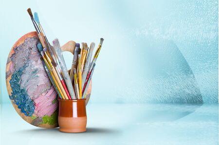 Paleta de madera con manchas de pintura