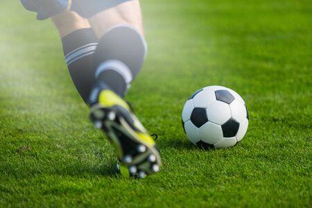 Giocatore di calcio in esecuzione. Sfondo di calcio calcio. Archivio Fotografico