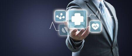 Main d'homme d'affaires tenant plus signer des moyens virtuels d'offrir des choses positives (comme des avantages, le développement personnel, un réseau social)
