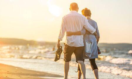 Close-up portrait of an elderly couple hugging on seacoast Zdjęcie Seryjne - 133822998