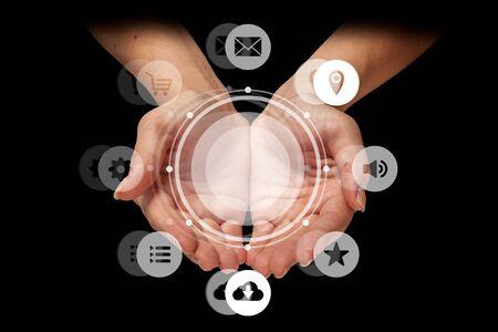 Geschäftsfrau, die Smartphone-Omnichannel-Icon-Flow hält