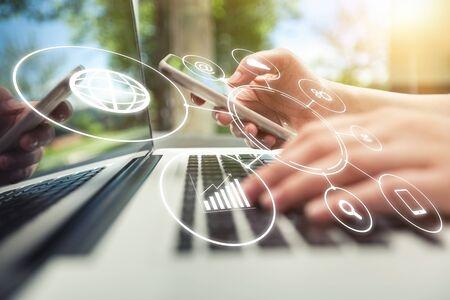 Online-Banking-Zahlungskommunikationsnetz-Digitaltechnik-Internet-drahtlose Anwendungsentwicklung ctr bewegliche rechnende Smartphone apps: Geschäftsfrau, die intelligenten Telefonomnichannel-Ikonenfluß hält