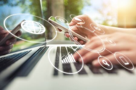 Paiement bancaire en ligne réseau de communication de la technologie numérique internet développement d'applications sans fil ctr applications pour smartphone mobile informatique: Business woman holding smart phone flux d'icône omnicanal