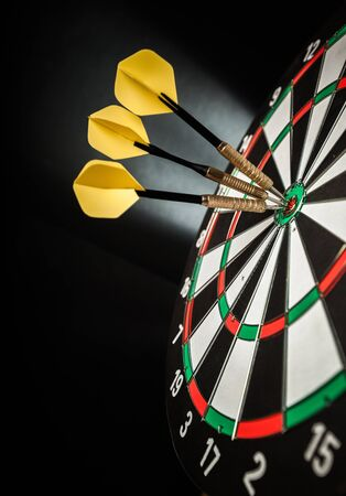 Closeup of Darts in Bullseye Banque d'images