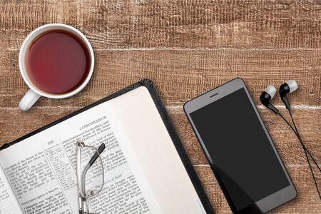 Studium biblijne za pomocą smartfona i kawy, pismo zamazane