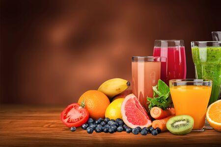 Sabrosas frutas y jugos con vitaminas en el fondo Foto de archivo