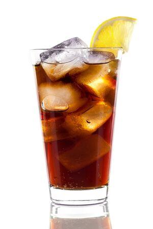 Cola con cubitos de hielo y limón en vaso