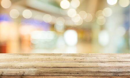 Abgenutzter Tisch und Unschärfe mit Bokeh-Hintergrund