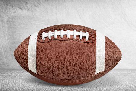 Amerikanischer Fußballball lokalisiert auf weißem Hintergrund