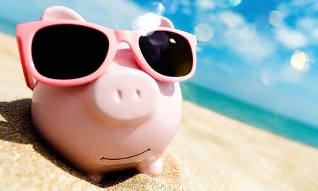 Alcancía con gafas de sol relajándose en la playa