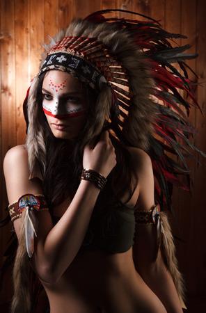 black girl: Indische Frau mit traditionellen Make-up und Kopfschmuck zur Seite schauen