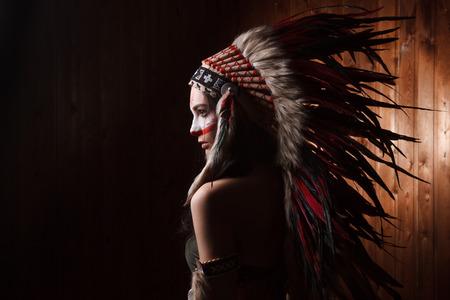 american sexy: Индийская женщина с традиционной макияж и головной убор, глядя в сторону